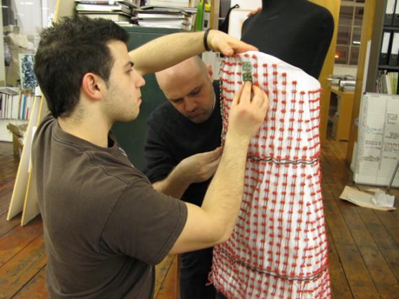 IMG 0891 580x435 Экстремальные платья от Hussein Chalayan