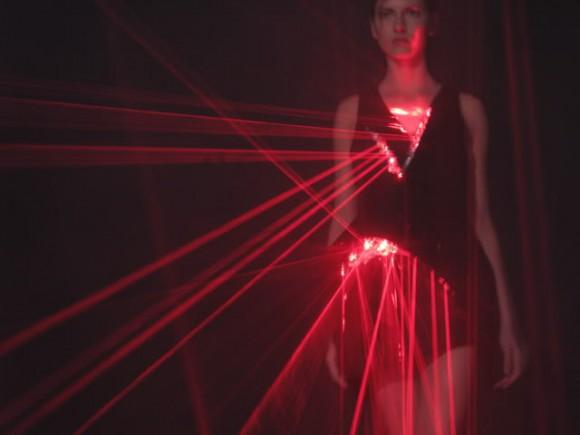 laser4 580x435 Экстремальные платья от Hussein Chalayan